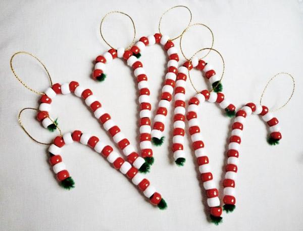 Bastoncillos navideños DIY con limpiapipas y abalorios