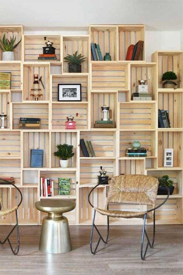 estantería hecha con cajas